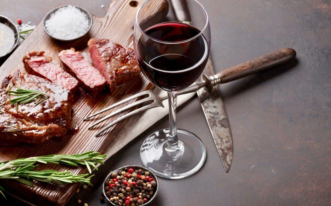 ¿Por qué maridamos el vino blanco con pescado y el tinto con carnes rojas?